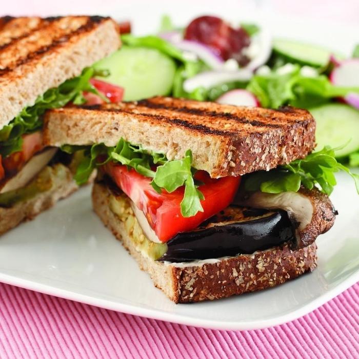 recette de sandwich vegan healthy aux tomates, à l'aubergine grillée et aux champignons portobello