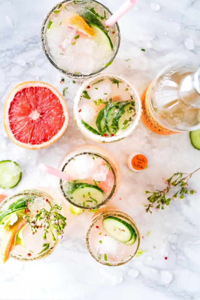 différentes idées pour préparer une citronnade aux agrumes et feuilles d'herbes vertes avec glaçons et eau gazeuse