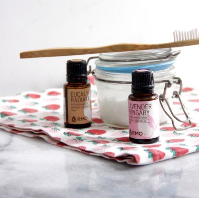 comment fabriquer un dentifrice bio avec peu d'ingrédients, recette de pâte à dents à l'huile de coco, bicarbonate de soude, stévia et huiles essentielles