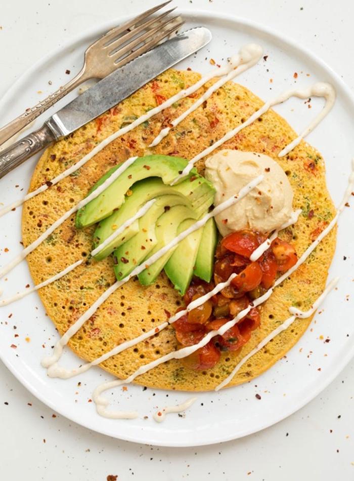 idée pour un petit dejeuner vegan appétissant et rassasiant d'omelette à la farine de pois chiches