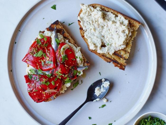 recette facile et rapide de tartines au caviar d'aubergines et aux poivrons marinés, etre vegan, recettes vegan pour un petit déjeuner nutritionnel