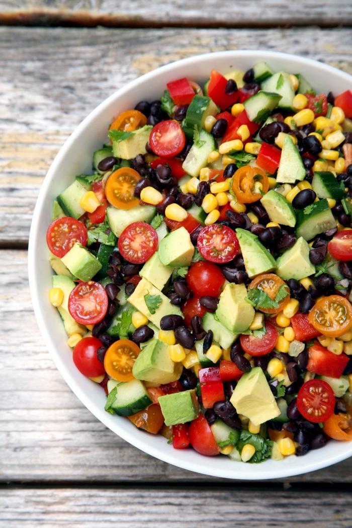 idées de salades composées faciles et rapides à préparer pour un apéro dinatoire, salade mexicaine de maïs, haricots noirs, tomates cerises, avocat et persil