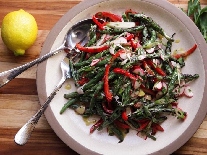 recette salade été simple et rapide de haricots vers grillés au four, poivron rouge, radis, avec de la sauce vinaigrette maison à la moutarde et au citron
