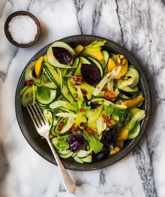 recette salade été de céleri, lamelles de concombre, abricot, pistaches et herbes fraîches, idée de recettes faciles avec du céleri