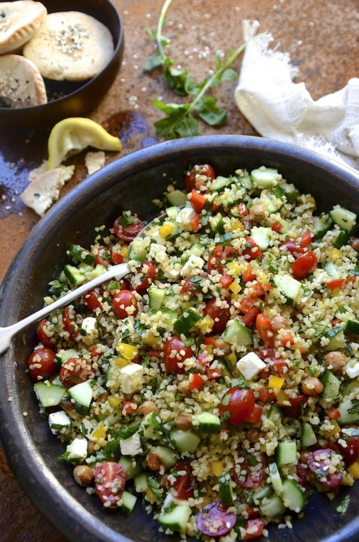 idée de salades composées entrées froides, recette de taboulé original quinoa-boulgur, aux tomates cerises, concombres, maïs et grenade