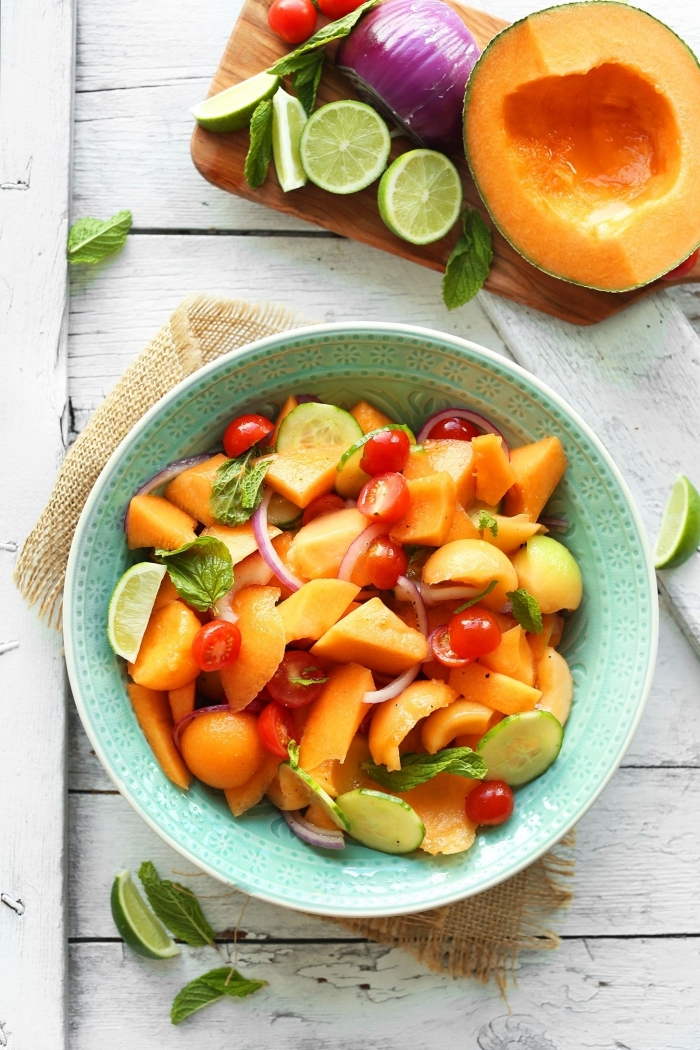 idée de salade composée été de melon, rondelles de concombre, tomates cerises et citron vert, salade fraîcheur idéale pour les repas d'été