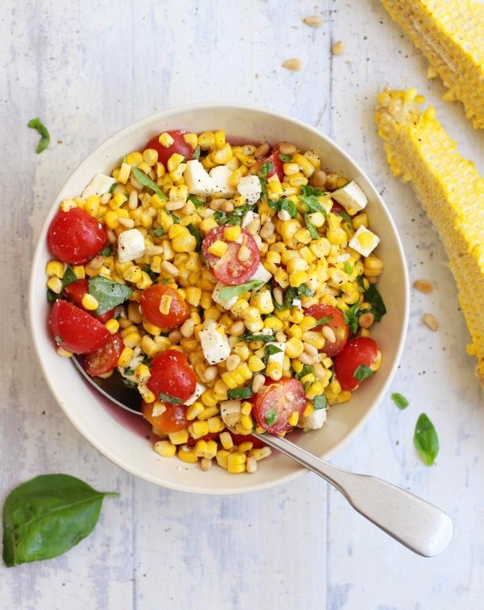 salade estivale de maïs, tomates cerises et fromage de chèvre, aux herbes fraîches, recette d'accompagnement facile pour un barbecue