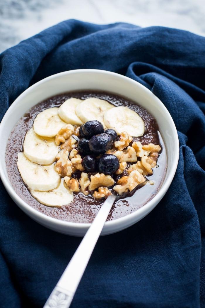 recette santé de porridge de teff, à la banane, noix et myrtilles, riche en protéines et en fibres