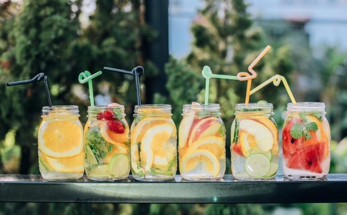 différentes idées pour préparer une boisson fraiche avec agrumes et herbes, pot à cocktail froid avec pailles cocktail