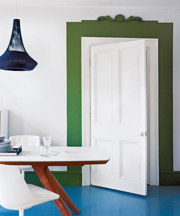 idée originale pour peindre encadrement porte et créer un accent coloré dans un intérieur, une salle à manger contemporaine au revêtement de sol bleu et une bande de vert autour de la porte