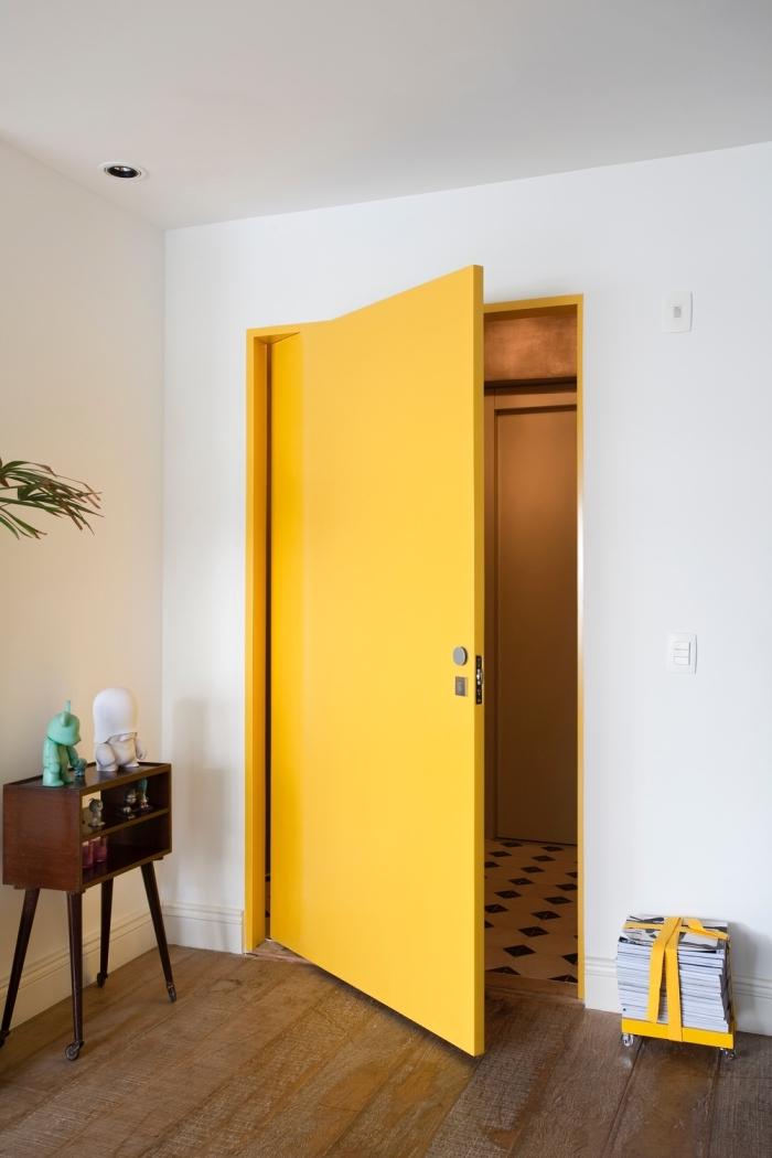 quelle peinture bois interieur pour une porte, un décor au look vintage aux accents jaune avec une porte repeinte en jaune moutarde