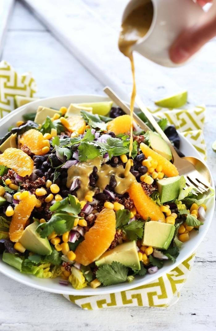 recette de salade estivale mexicaine en version healthy et végane, de quinoa, haricot, noir, maïse, avocat et orange, avec du dressing maison à l'orange et au citron