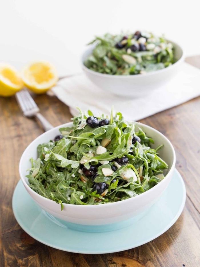 idée de repas léger pour un régime détox et minceur, salade verte composée de roquette et myrtilles à la vinaigrette maison au miel et au citron