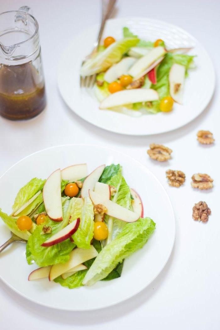 salade estivale minimaliste de laitue, pomme croquante, tomates cerises jaunes et noix, à la vinaigrette moutarde-vinaigre de cidre