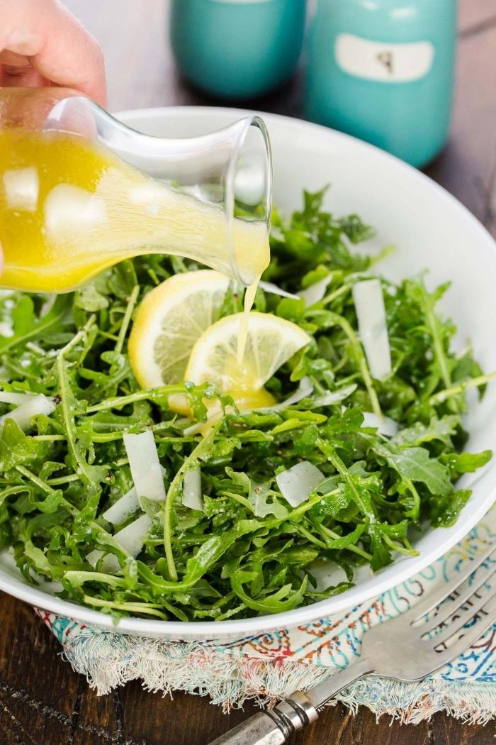 comment faire de la vinaigrette simple et rapide au citron pour une salade verte composée, recette de roquette à la vinaigrette et au parmesan râpé