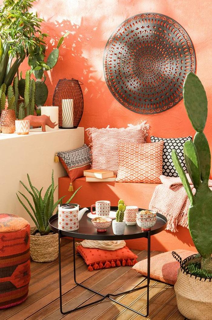 habillage mur exterieur en peinture orange, panneau mural en métal couleur bronze en forme ronde en style mandale, coin de relax jardin en style oriental