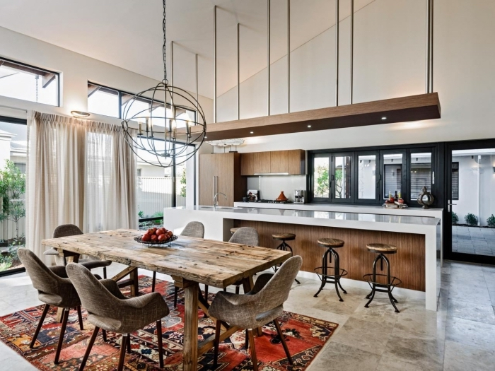 style rustique dans une cuisine blanche au carrelage sol gris avec ilot central en blanc et bois foncé, déco cuisine avec salle à manger ouverte