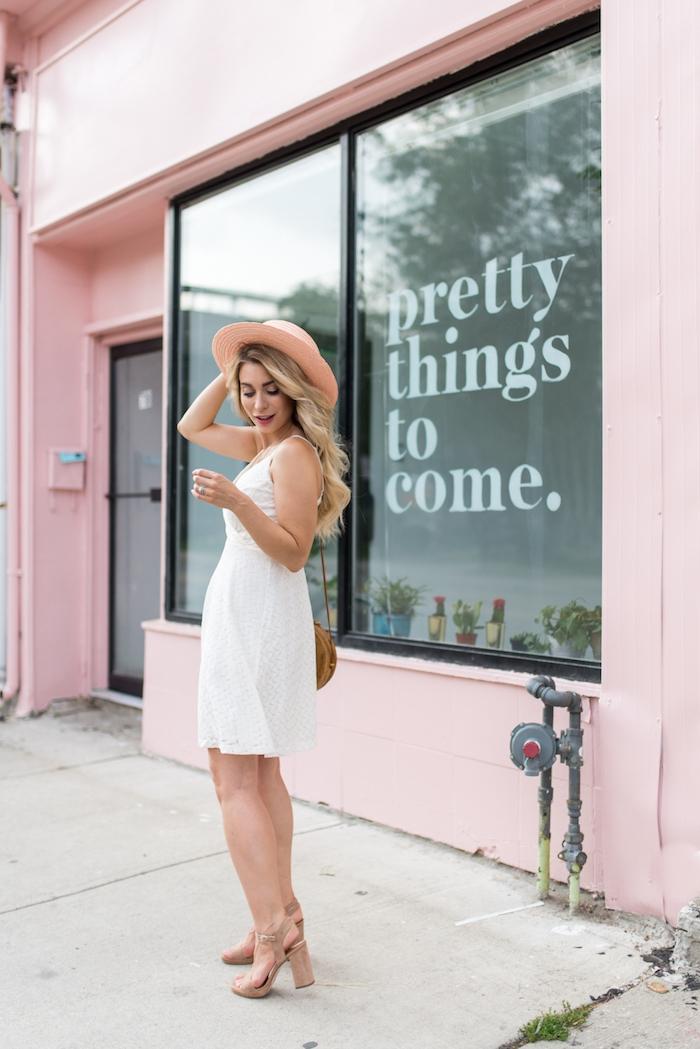 Robe legere robe de plage femme robe à porter cet été femme bien habillee idée robe blanche accessoires beiges