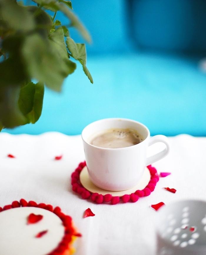 dessous de verre en rondin de bois décoré d ourlet de pompons rouges, idées loisirs créatifs adultes