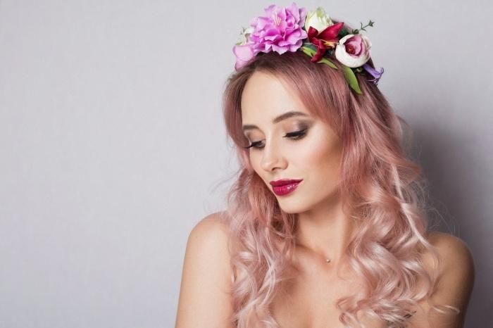 coiffure de cheveux longs de base châtain foncé aux pointes éclaircies de nuance rose blond et rose pastel