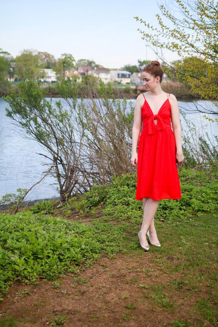 Comment s'habiller en été robe fluide longue robe droite fluide rouge robe courte sandales dorees