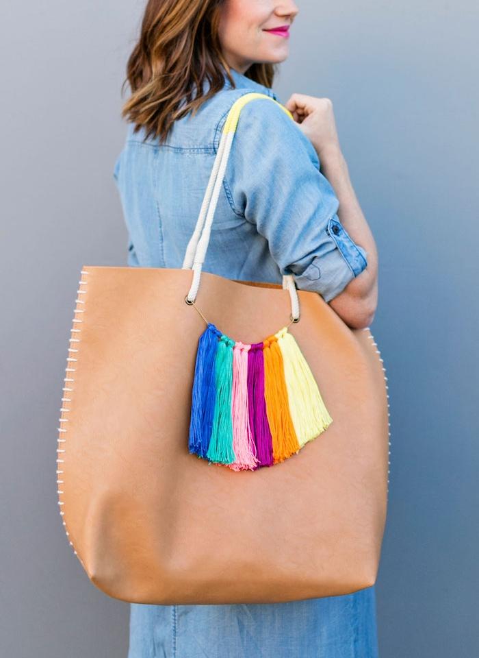 exemple d activité manuelle pour ado, comment décorer son sac à main de pompons à franges colorés