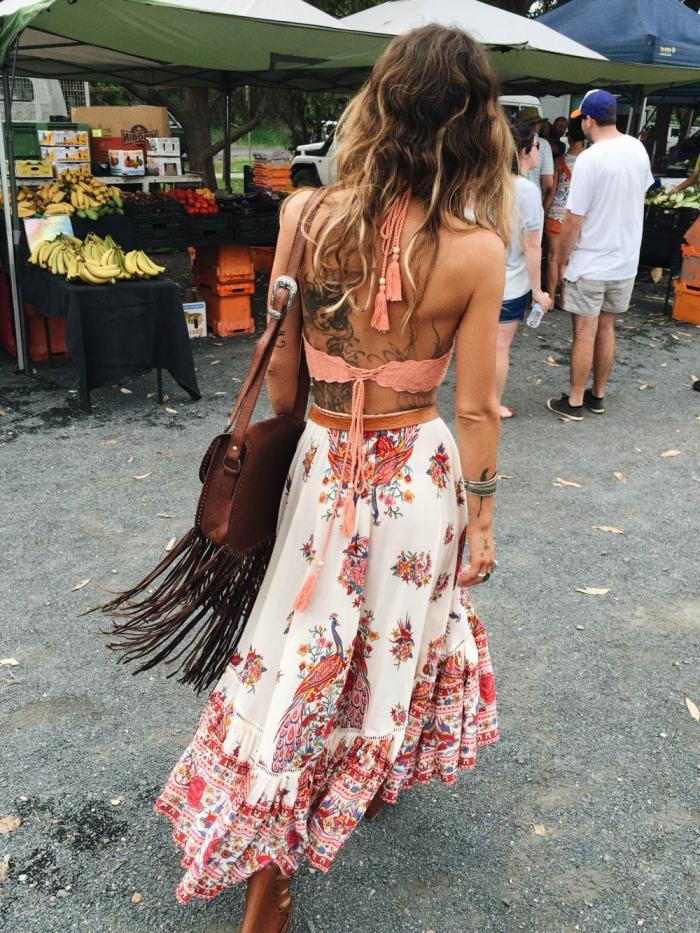 exemple de jupe longue fleurie blanche aux motifs rouges et orange combinée avec top crop de nuance corail