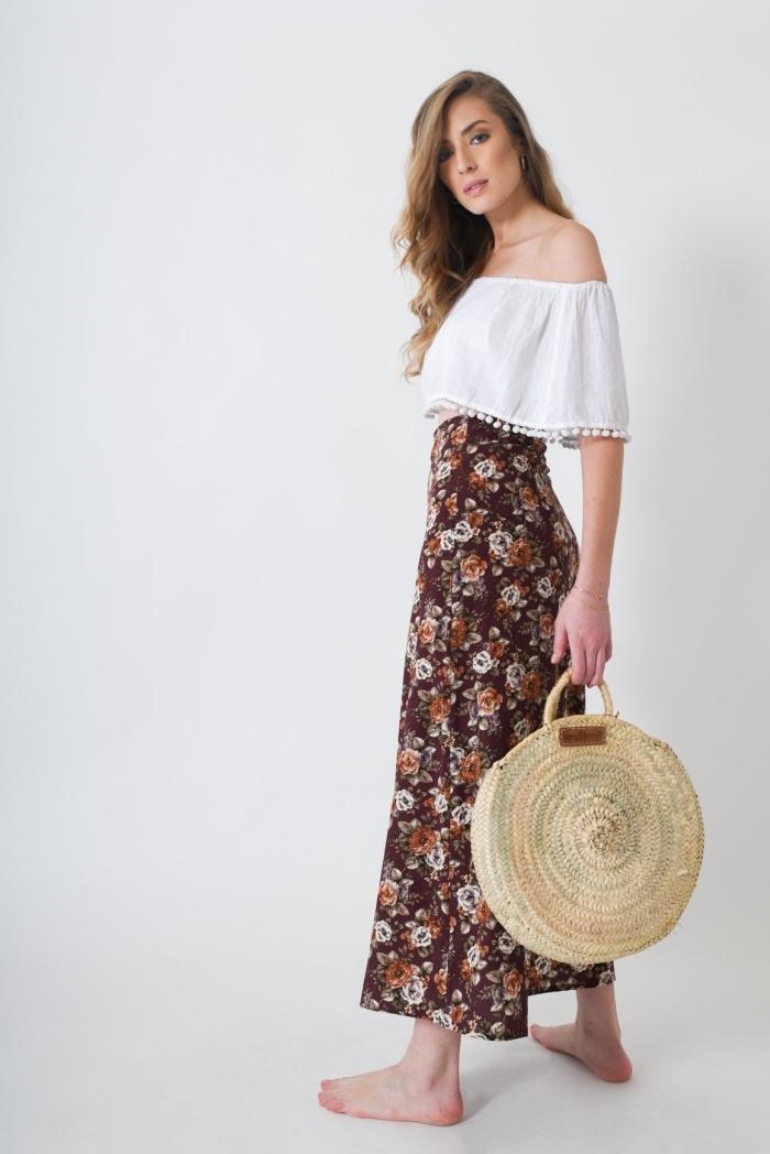 modèle de jupe longue boheme en marron aux motifs floraux orange et blancs, sac à main beige rond de style boho chic