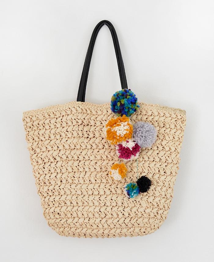 sac de plage customisé de pompons colorés avec manche en cuir noir, activité manuelle ado facile à faire
