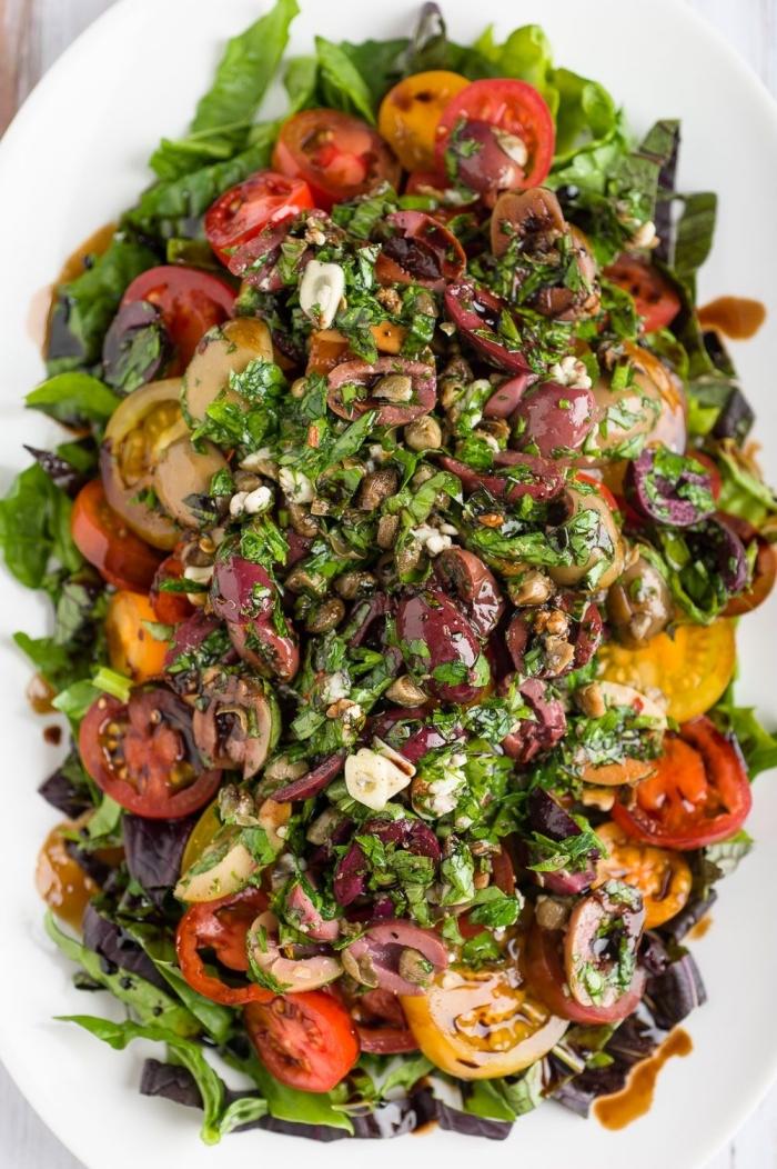 recette facile et rapide de salade composée été, de tomates cerises, laitue romaine, olives, à la vinaigrette balsamique