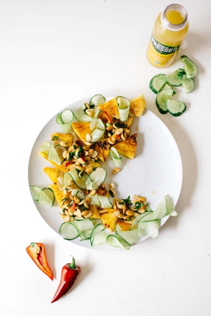 recette originale de salade composée été de concombre, ananas grillé et cacahuètes épicées au coriandre