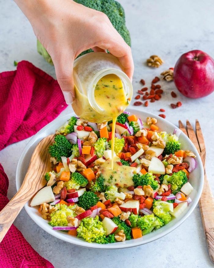 recette originale de salade de crudités, de brocoli, carottes, pommes et noix, assaisonnée de la sauce à la moutarde et au vinaigre de cidre