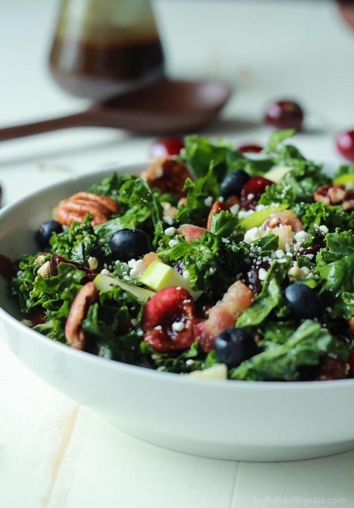 recette détox simple et rapide de salade composée originale de chou kale, cerises, myrtilles et noix, assaisonnée de la vinaigrette balsamique faite maison