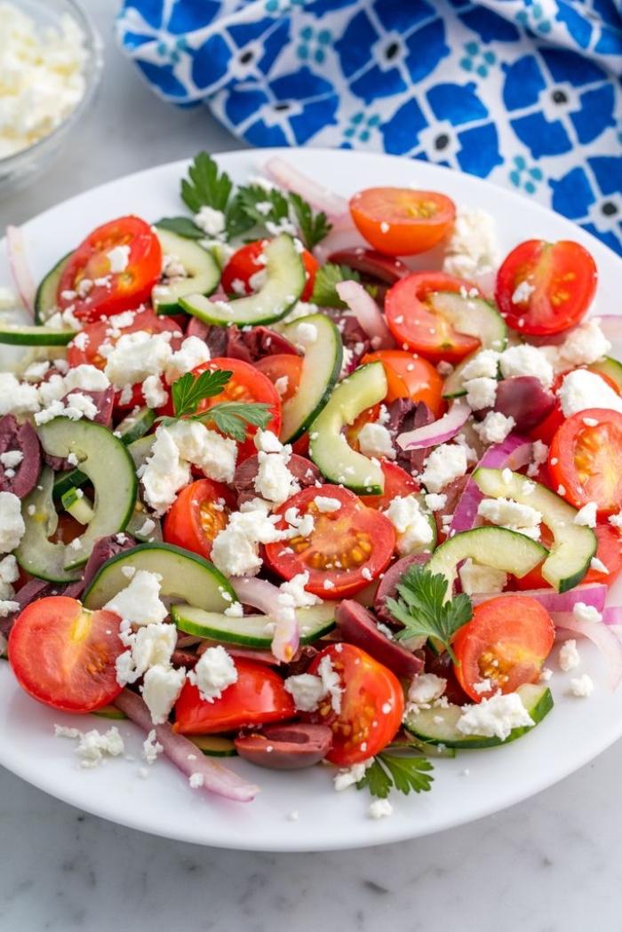 recette salade été à la grecque avec peu d'ingrédients, de tomates cerises, concombre, olives et fromage feta
