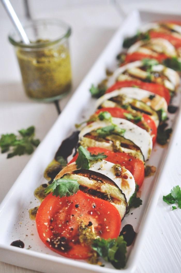 recette estivale pour accompagner une grillade, salade caprese de tomates et aubergines grillées