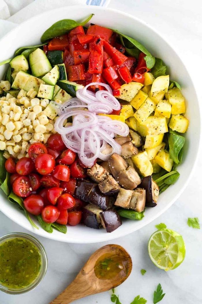 une salade de légumes grillés idéale pour un barbecue ou un repas entre amis, de tomates cerises, poivrons rouges, courgettes et aubergine