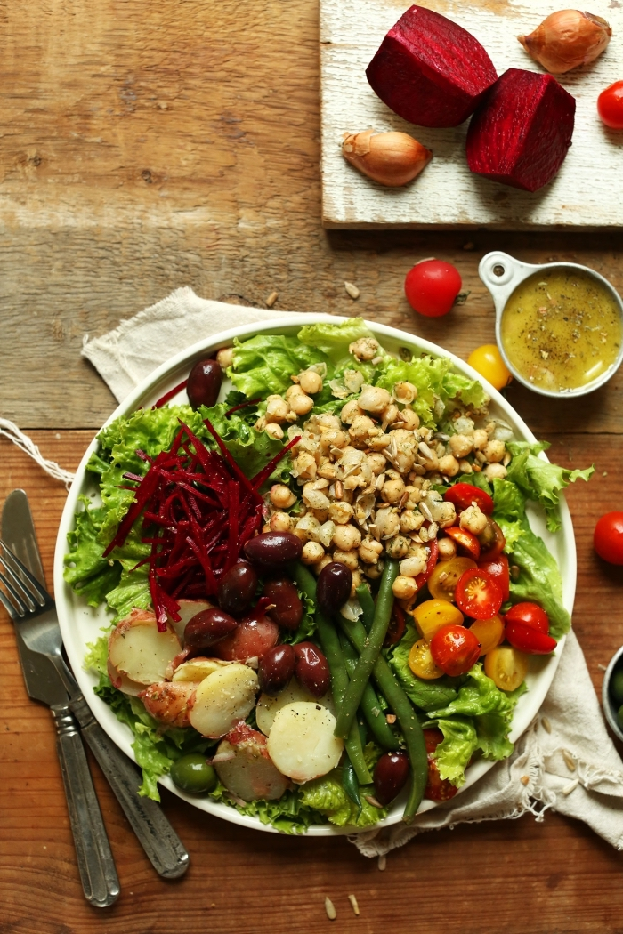 recette estivale de salade niçoise revisitée en version végane, de pois chiches, pommes de terre, laitue et tomates ceries