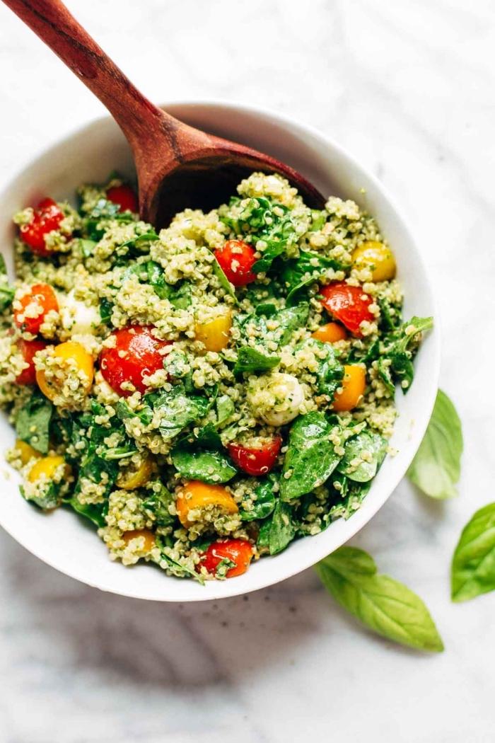 salade composée originale riche en protéines, de quinoa, épinards et tomates cerises, recette de taboulé sans gluten au quinoa
