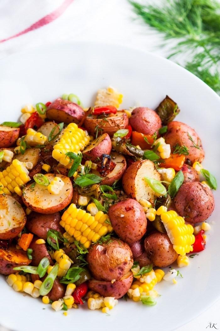 recette salade été pour accompagner votre barbecue, salade originale de maïs, pommes de terre à peau rouge, aux herbes fraîches