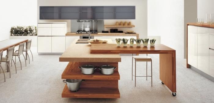 modèle de cuisine moderne aux murs blancs avec meubles de bois massif clair, meubles haut cuisine en gris clair
