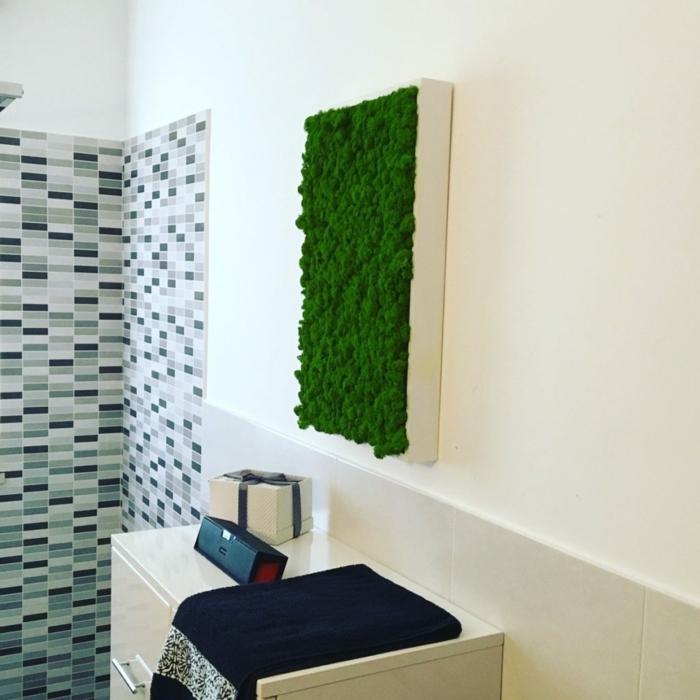 un panneau végétal dans la salle de bains, au-dessus du lavabo,mur végétalisé, coin de douche italienne au carrelage mural effet mosaïque