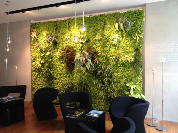 mur végétalisé, salon avec grand panneau en touffes vertes et marron, avec des accents lumineux, corps luminaires boules en verre suspendues