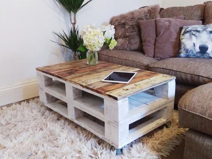 une table palette avec son plateau en bois laqué contrastant avec sa base patinée blanche