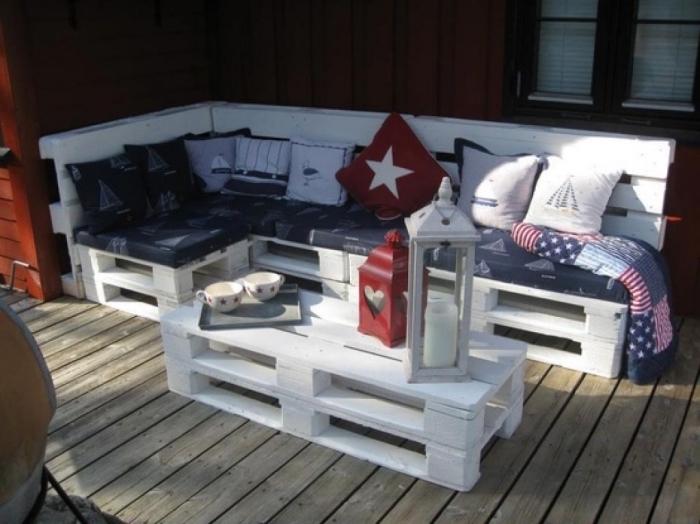 mobilier de jardin à petit budget fabriqué avec des palettes recyclées, un salon de jardin en palette peint en blanc avec une table basse originale fabriquée avec deux palettes superposées