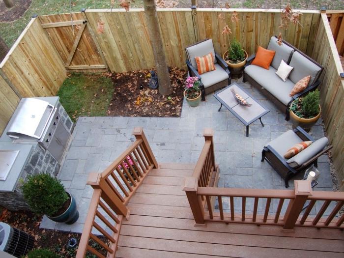 idée comment faire une petite cuisine de jardin avec ilot en pierre et barbecue inox, salon de jardin avec canapé et table basse