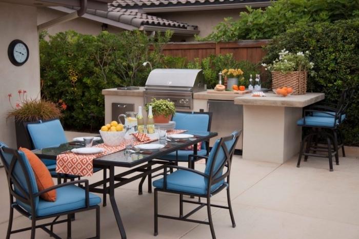 mobilier de jardin avec table noire et chaises noires à housse bleu clair, équipement de cuisine avec barbecue inox
