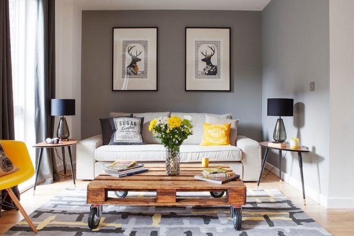 une table basse palette montée sur des roulettes à l'aspect bois brut pour une touche authentique dans un salon contemporaine