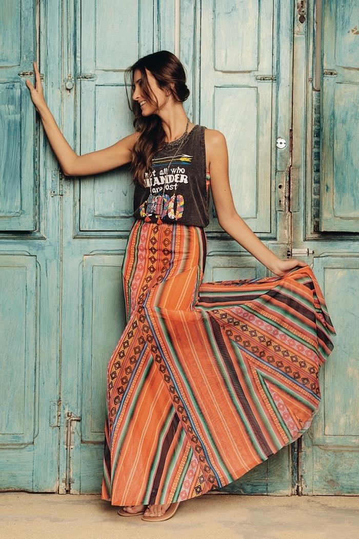 idée vetement hippie chic en jupe sirène orange aux motifs géométriques, coiffure de plage aux cheveux attachés