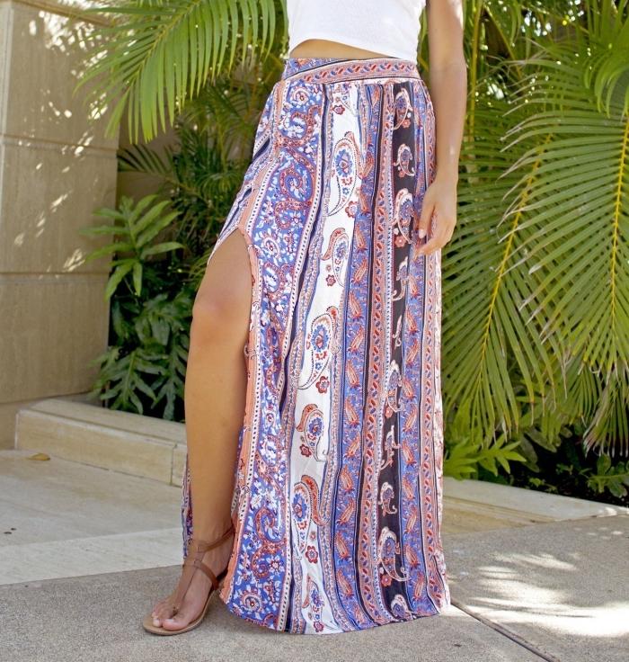exemple de tenue hippie chic avec jupe fendue en blanc et violet combinée avec top blanc et sandales plates en marron