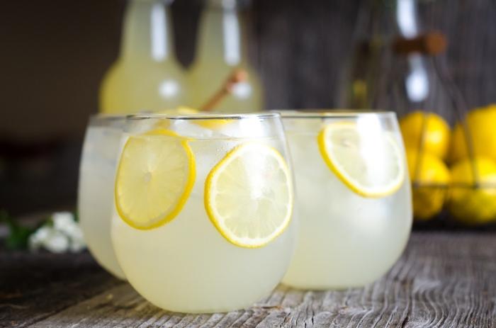 recette pour préparer une limonade classique au jus de citron et eau froide ou gazeuse garnie de tranches de citron et glaçons